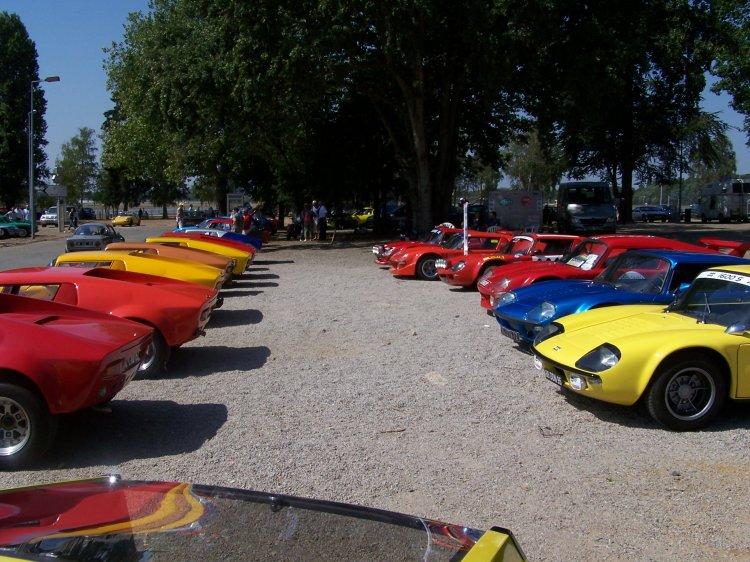 Une partie du plateau des voitures réunies au Mans en 2005