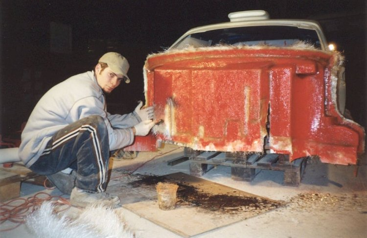 Franck Cannata en train de travailler le polyester